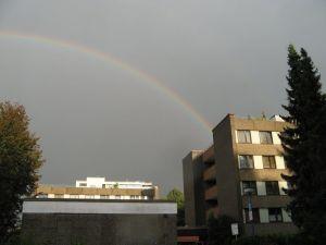 Regenbogen über dem Roncalli-Haus