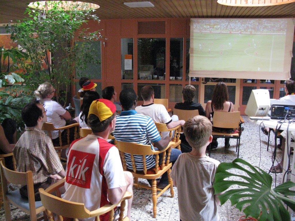 Public Viewing im Foyer, WM 2010: Deutschland gegen ....